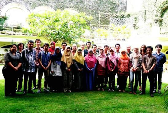 Bersama seluruh penerima beasiswa monbukagakusho all program dari Jawa Timur, di kediaman Konjen Jepang Sby, Mr. Nomura.  17 Sept 2013